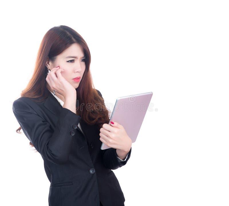 Mulher de negócio que guarda a tabuleta do computador, sucesso de pensamento do conceito do negócio com espaço para o projeto imagem de stock royalty free