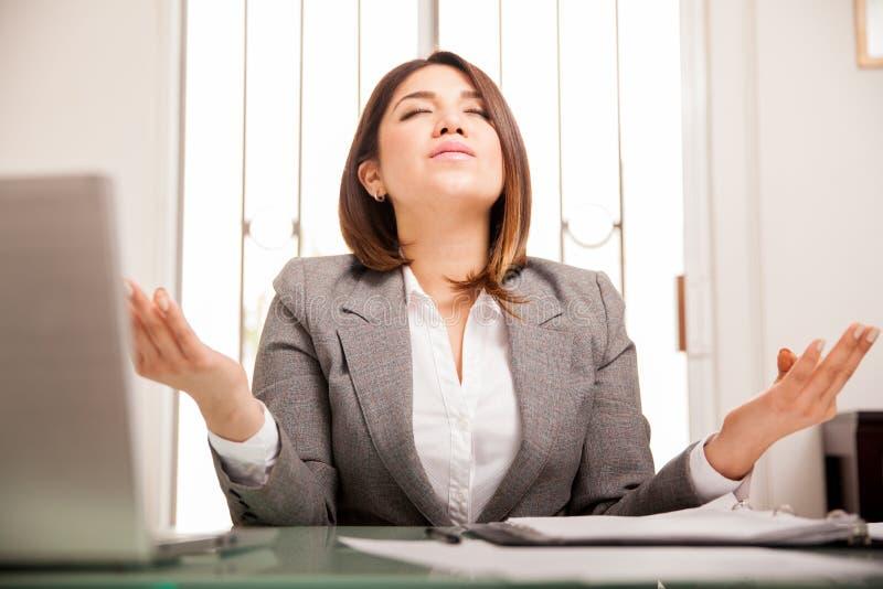 Mulher de negócio que meditating imagem de stock