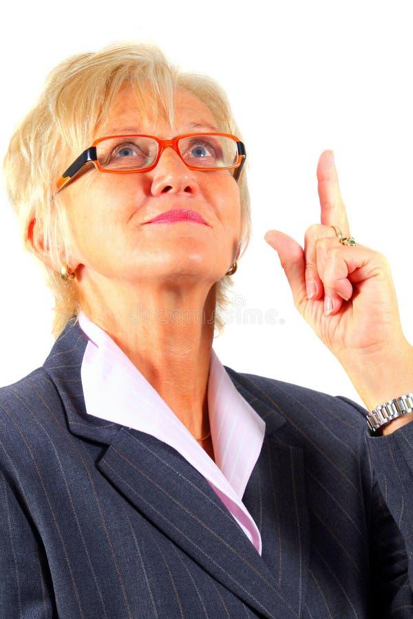 Mulher de negócio que mostra a maneira acima foto de stock