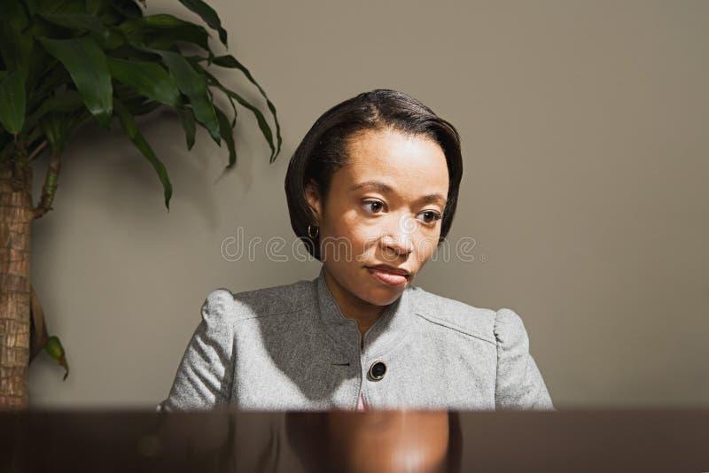Mulher de negócio que olha preocupada fotos de stock royalty free
