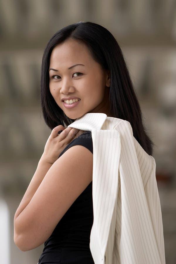 Mulher de negócio que olha sobre o ombro esquerdo imagens de stock