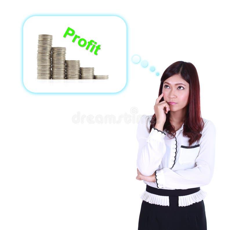 Mulher de negócio que pensa sobre o lucro e o gráfico da moeda fotos de stock