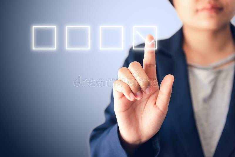 Mulher de negócio que pressiona o ícone da lista de verificação da satisfação para o feedback de cliente no tela táctil , Avaliaç fotografia de stock
