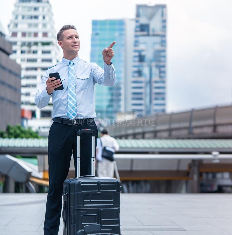 Mulher de negócio que procura o sentido do mapa do telefone celular imagem de stock royalty free