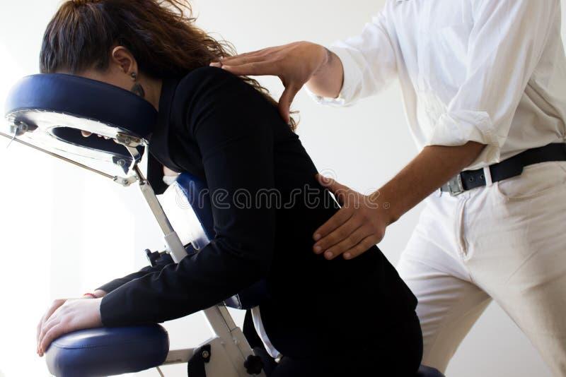 Mulher de negócio que recebe o shiatsu em uma cadeira da massagem fotos de stock