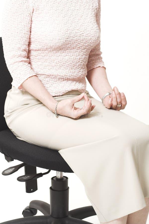 Mulher de negócio que relaxa na cadeira imagem de stock