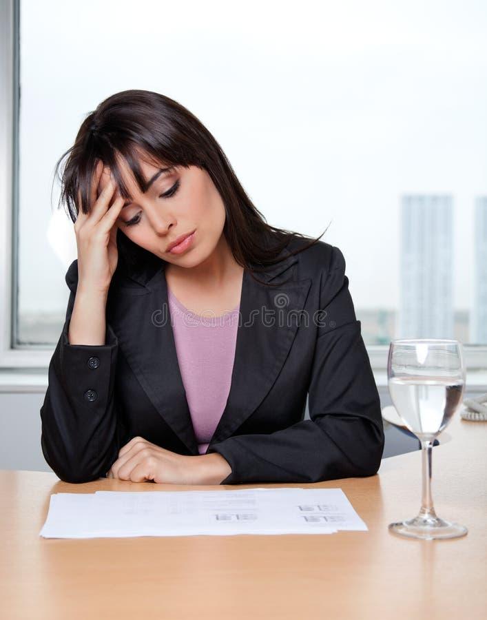 Mulher de negócio que senta-se em sua mesa imagem de stock