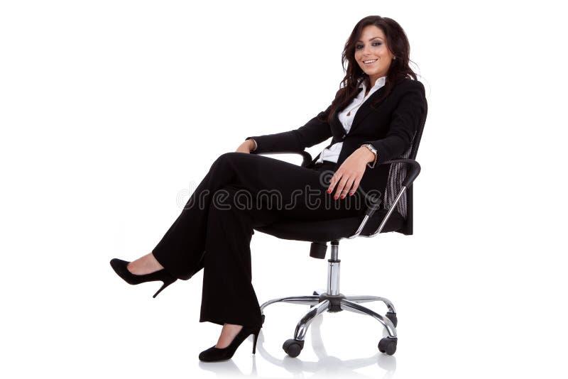 Mulher de negócio que senta-se em uma cadeira fotografia de stock royalty free