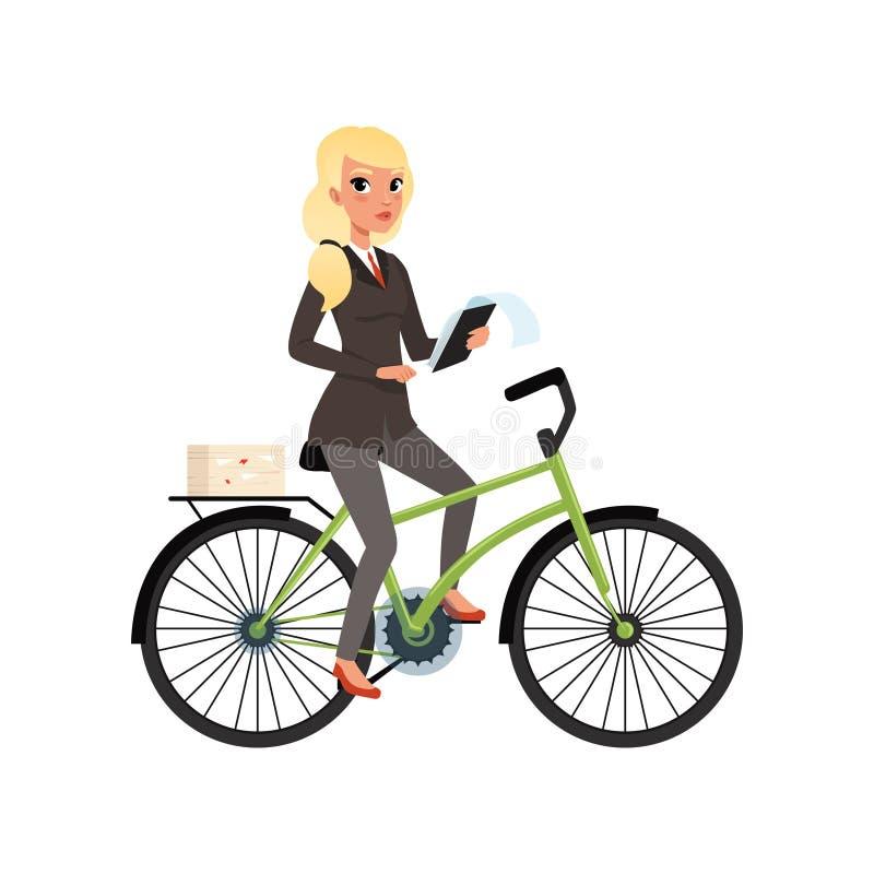 Mulher de negócio que senta-se na bicicleta e que guarda a tabuleta de papel Menina loura nova na roupa incorporada formal cartoo ilustração do vetor
