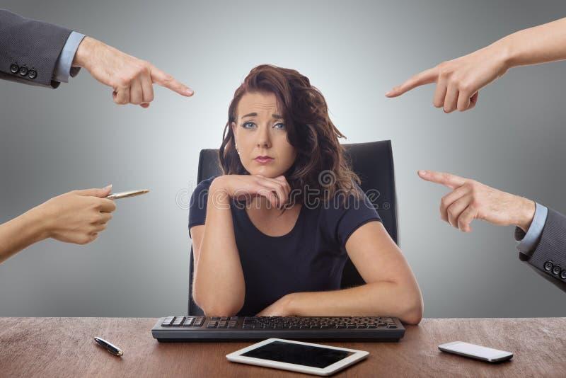Mulher de negócio que senta-se na mesa no escritório foto de stock royalty free