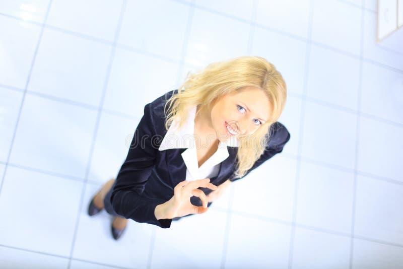 Mulher de negócio que sorri sobre o fundo branco imagens de stock