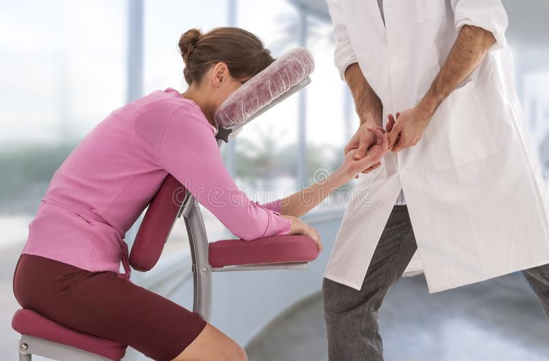 Mulher de negócio que tem a anti massagem do cacho no escritório médico com grande, janelas, fundo, fotos de stock