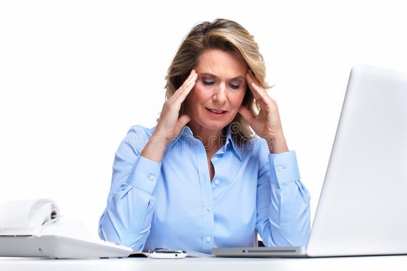 Mulher de negócio que tem uma dor de cabeça. imagem de stock royalty free
