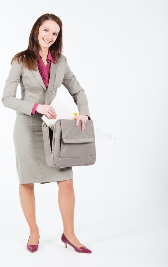 Mulher de negócio que toma originais do caso fotografia de stock