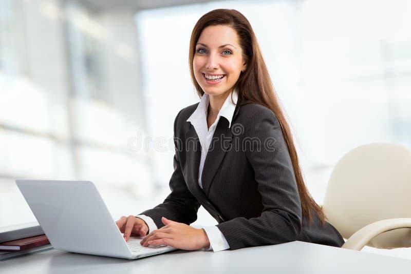 Mulher de negócio que trabalha com computador imagem de stock royalty free
