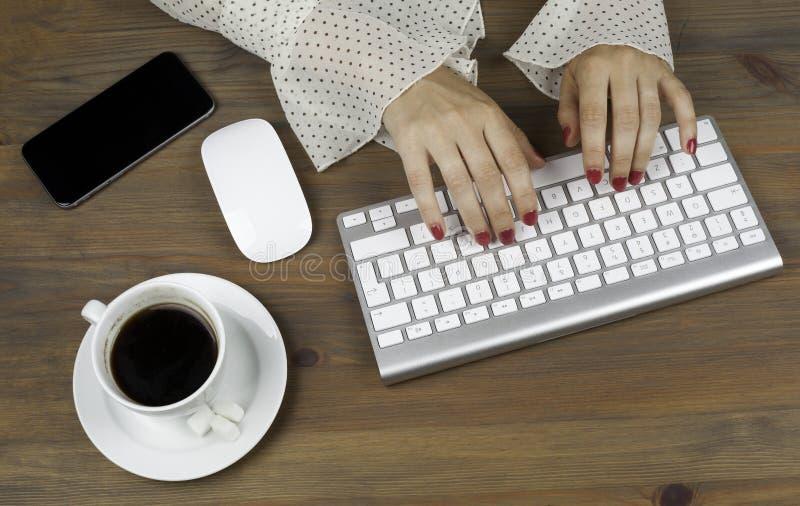 Mulher de negócio que trabalha com computador fotografia de stock