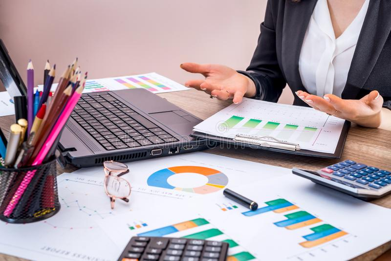 Mulher de negócio que trabalha com gráfico de negócio no escritório, relatório financeiro imagem de stock
