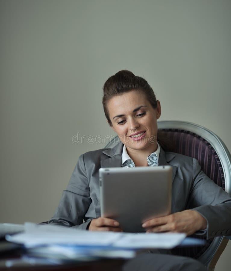 Mulher de negócio que trabalha com PC da tabuleta fotos de stock