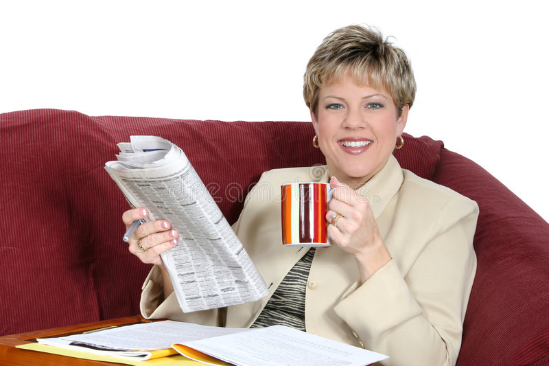 Mulher de negócio que trabalha em casa no sofá imagens de stock royalty free