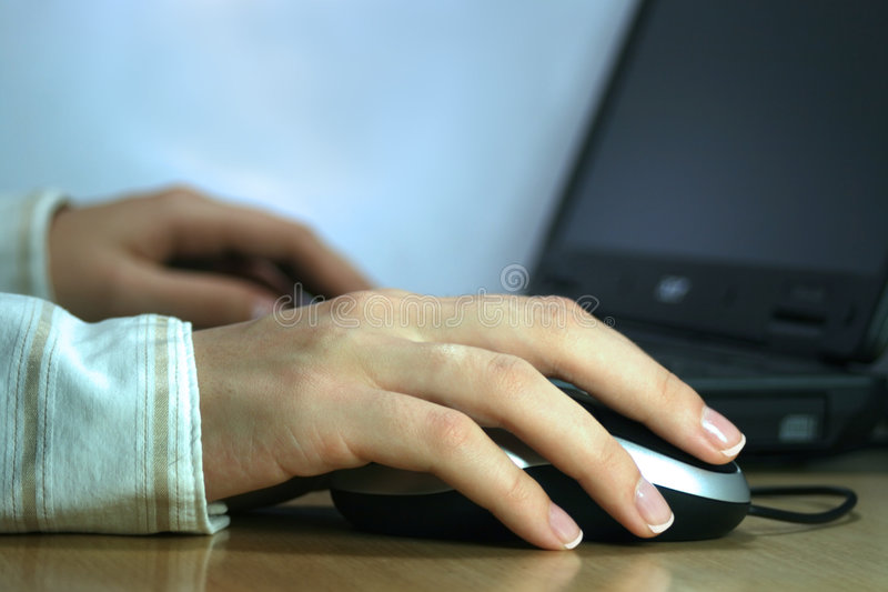 Mulher de negócio que trabalha em seu portátil fotografia de stock