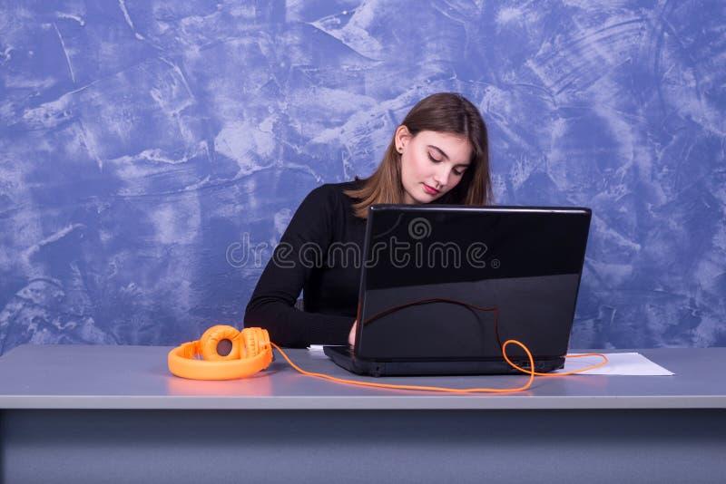 Mulher de negócio que trabalha em um portátil, trabalho remoto fotografia de stock