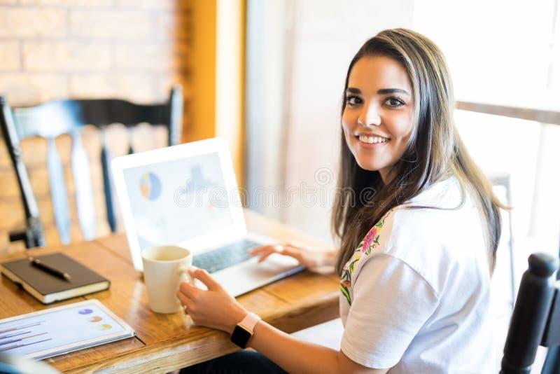 Mulher de negócio que trabalha no bar imagens de stock royalty free