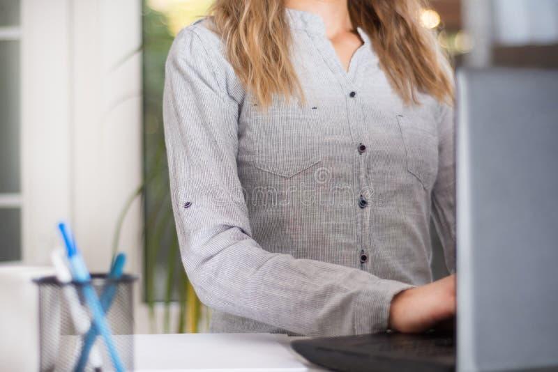 Mulher de negócio que trabalha no escritório moderno no portátil imagem de stock