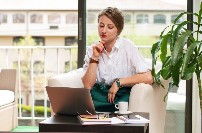 Mulher de negócio que usa o laptop fotografia de stock