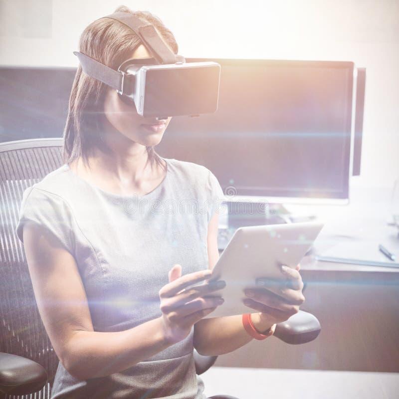 Mulher de negócio que usa os vidros 3D ilustração stock