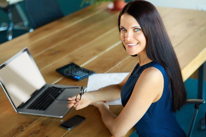 Mulher de negócio que usa seu laptop no escritório Negócio Peo imagem de stock