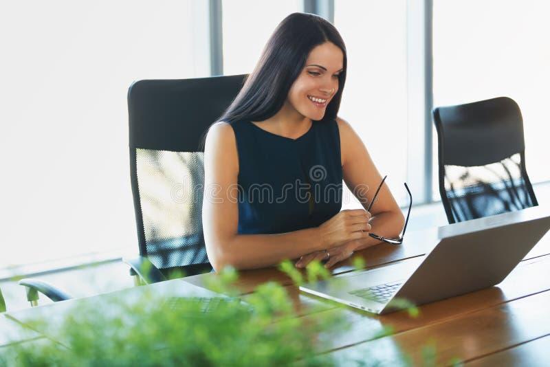 Mulher de negócio que usa seu laptop no escritório Negócio Peo imagem de stock royalty free