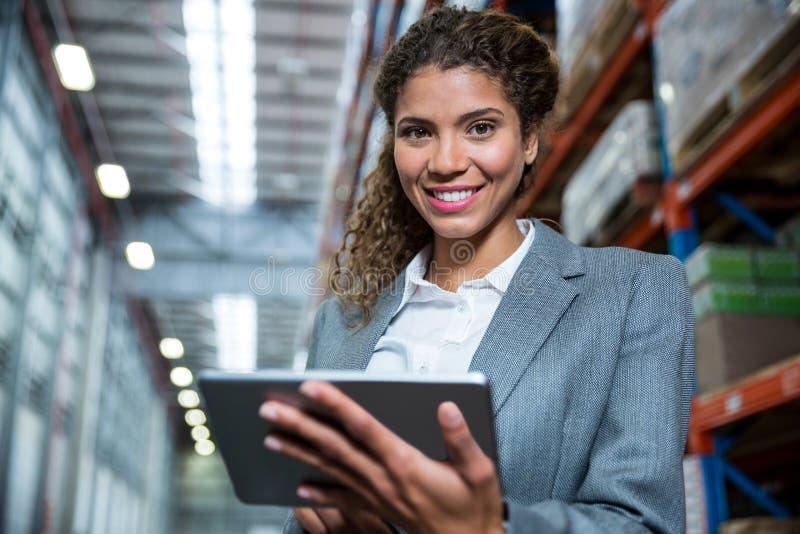 Mulher de negócio que usa sua tabuleta imagens de stock