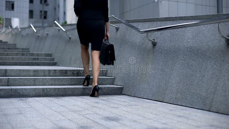 Mulher de negócio que vão em cima, escada de escalada da carreira, conseguindo objetivos e alvos imagens de stock royalty free