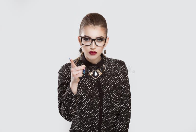 Mulher de negócio séria da moça que mostra o indicador para a advertência imagens de stock royalty free