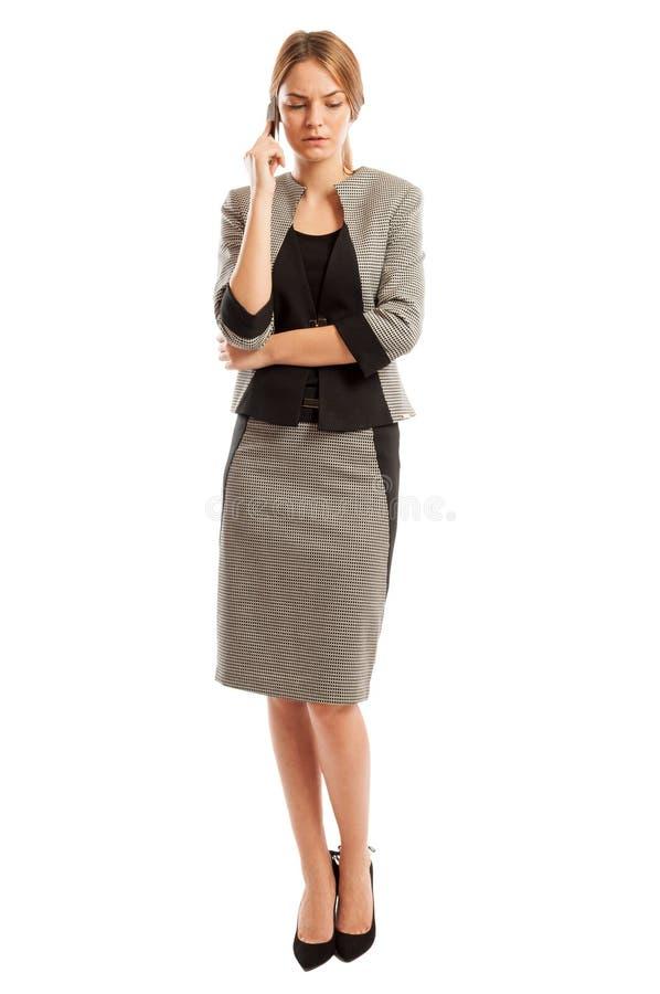 Mulher de negócio séria e preocupada que fala no telefone fotos de stock