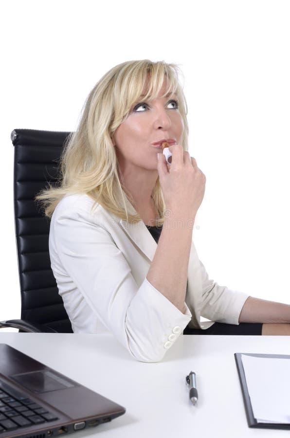 Mulher de negócio/secretário que pinta seus bordos ao não trabalhar foto de stock