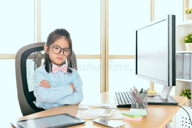 Mulher de negócio seriamente nova das crianças pequenas fotografia de stock