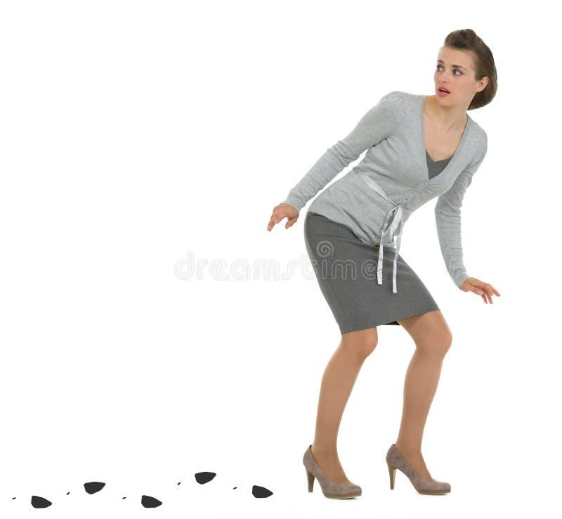 Mulher de negócio Sneaking que deixa o traço fotografia de stock
