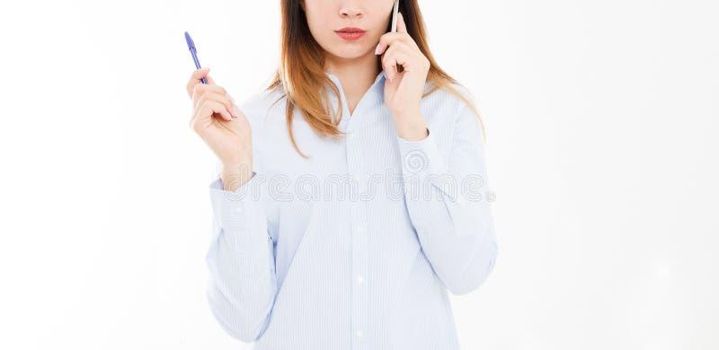 Mulher de negócio de sorriso moderna colhida do retrato que fala no telefone celular isolado no fundo branco Menina na camisa com imagem de stock