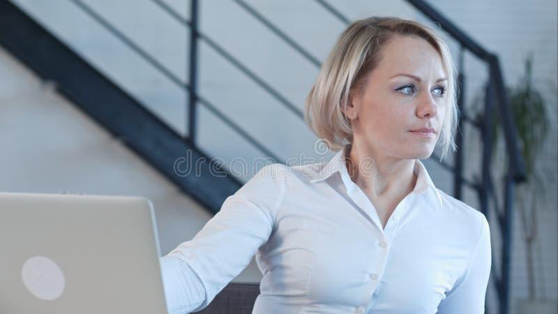 Mulher de negócio de sorriso que termina seu trabalho imagem de stock