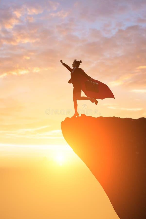 Mulher de negócio super na montanha imagens de stock royalty free