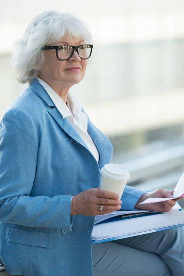 Mulher de negócio superior com café foto de stock
