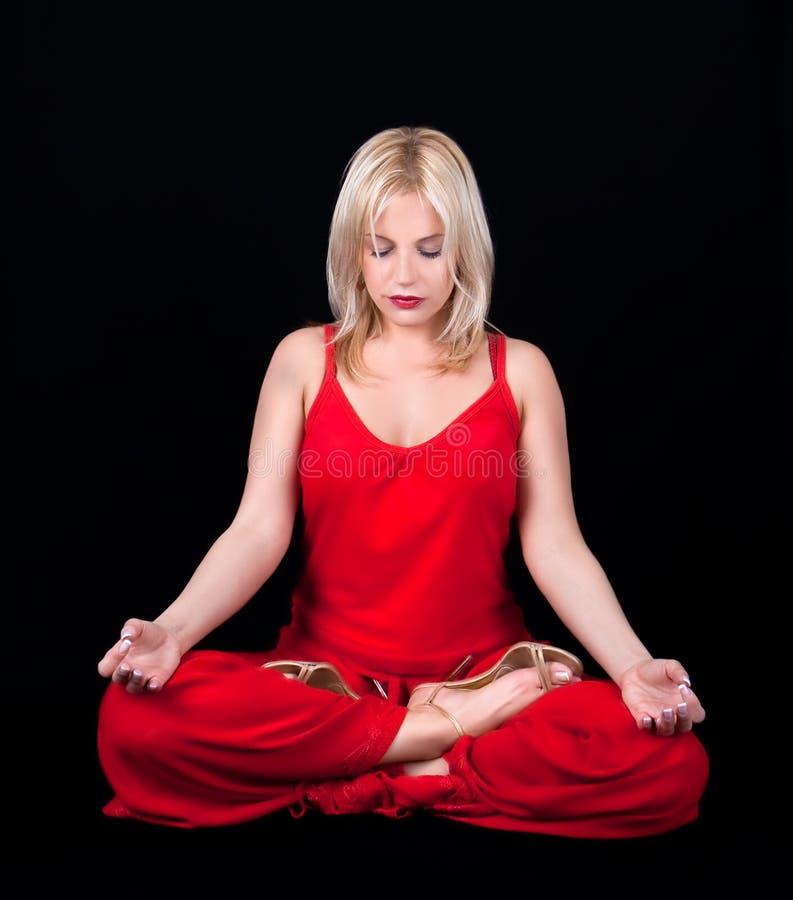 A mulher de negócio tem a meditação na pausa para o almoço foto de stock royalty free