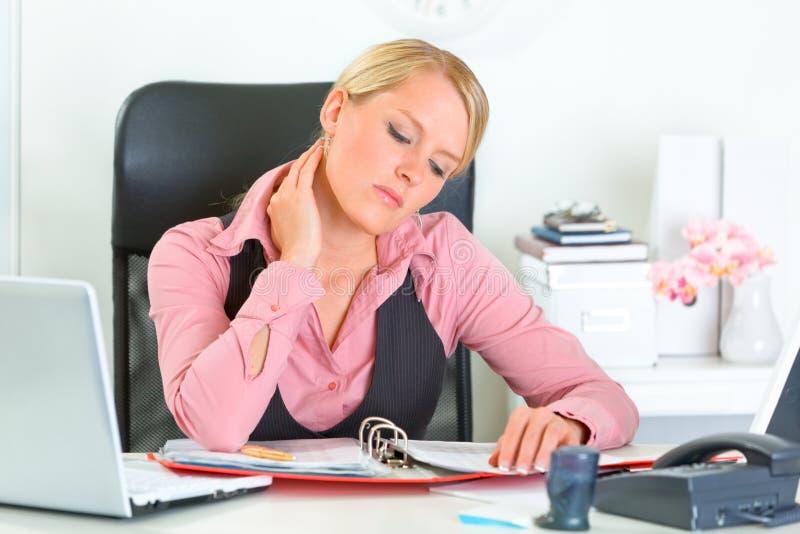 Mulher de negócio Tired que trabalha com originais imagem de stock royalty free