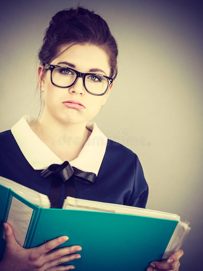 A mulher de negócio triste é cansado tendo demasiado trabalho foto de stock