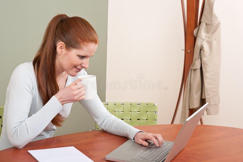 Mulher de negócio vermelha longa do cabelo no escritório fotos de stock royalty free