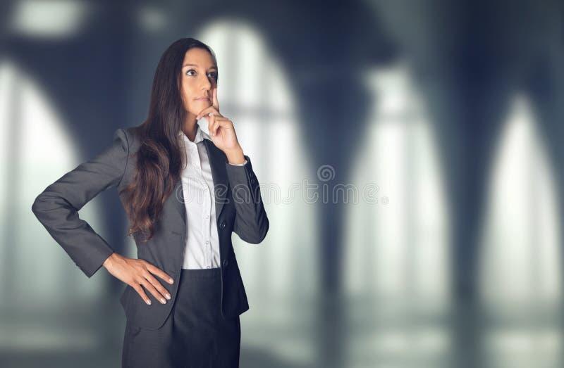 Mulher de negócios à moda pensativa fotos de stock royalty free
