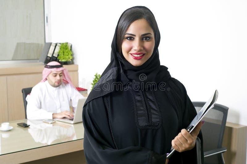 Mulher de negócios árabe com seu chefe no fundo imagens de stock royalty free