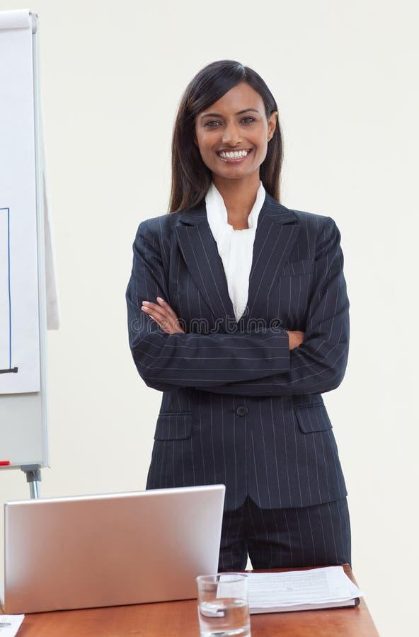 Mulher de negócios étnica no escritório imagem de stock
