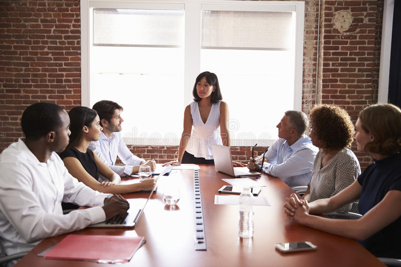 Mulher de negócios Addressing Boardroom Meeting imagens de stock